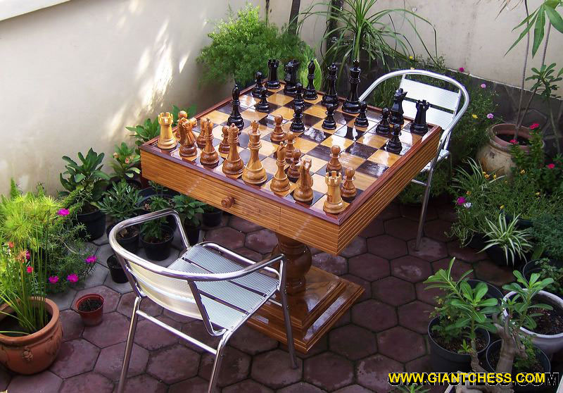 Wooden_chess_and_table